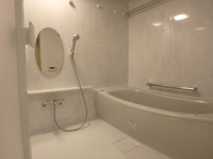 TOTO ひろがるWGシリーズ <br /> 浴槽はジュエリーライトグレー<br /> 床はほっカラリ床なので、乾きも早く、断熱構造で冷たくありません。