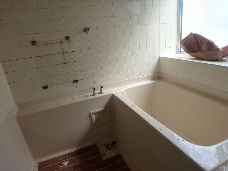 壁がタイルなのでお掃除が大変でした。