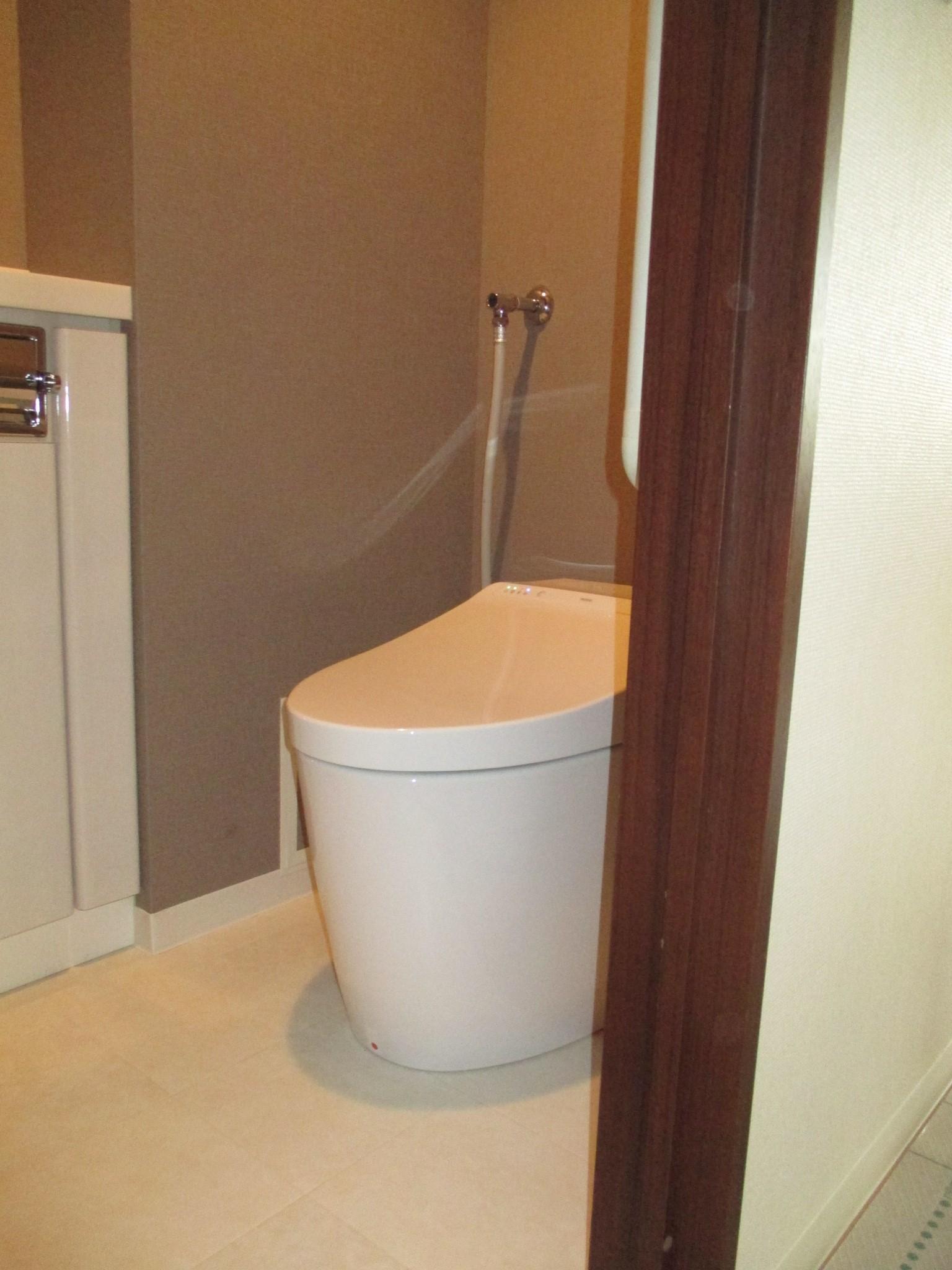 タンクレストイレで広々。壁紙も落ち着いた印象になりました。