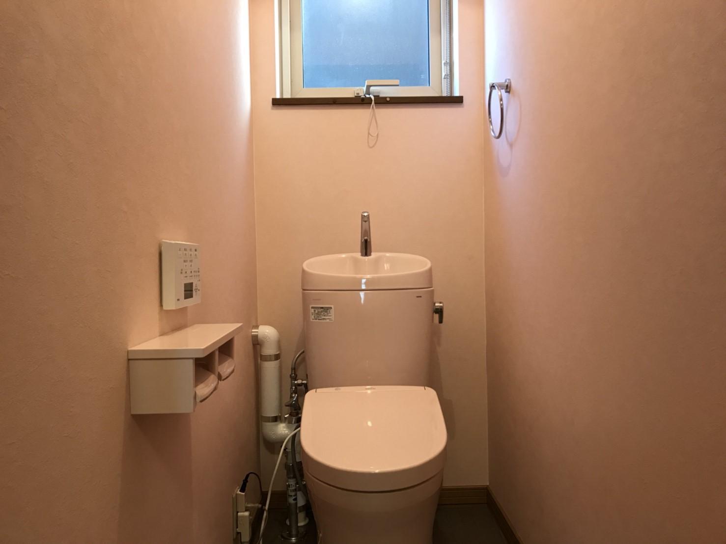 かなりの節水になり、さらに便器の凹凸が減りお掃除も簡単になりました。<br /> 壁紙や便器をピンク色にしたことで、可愛らしい空間になりました。