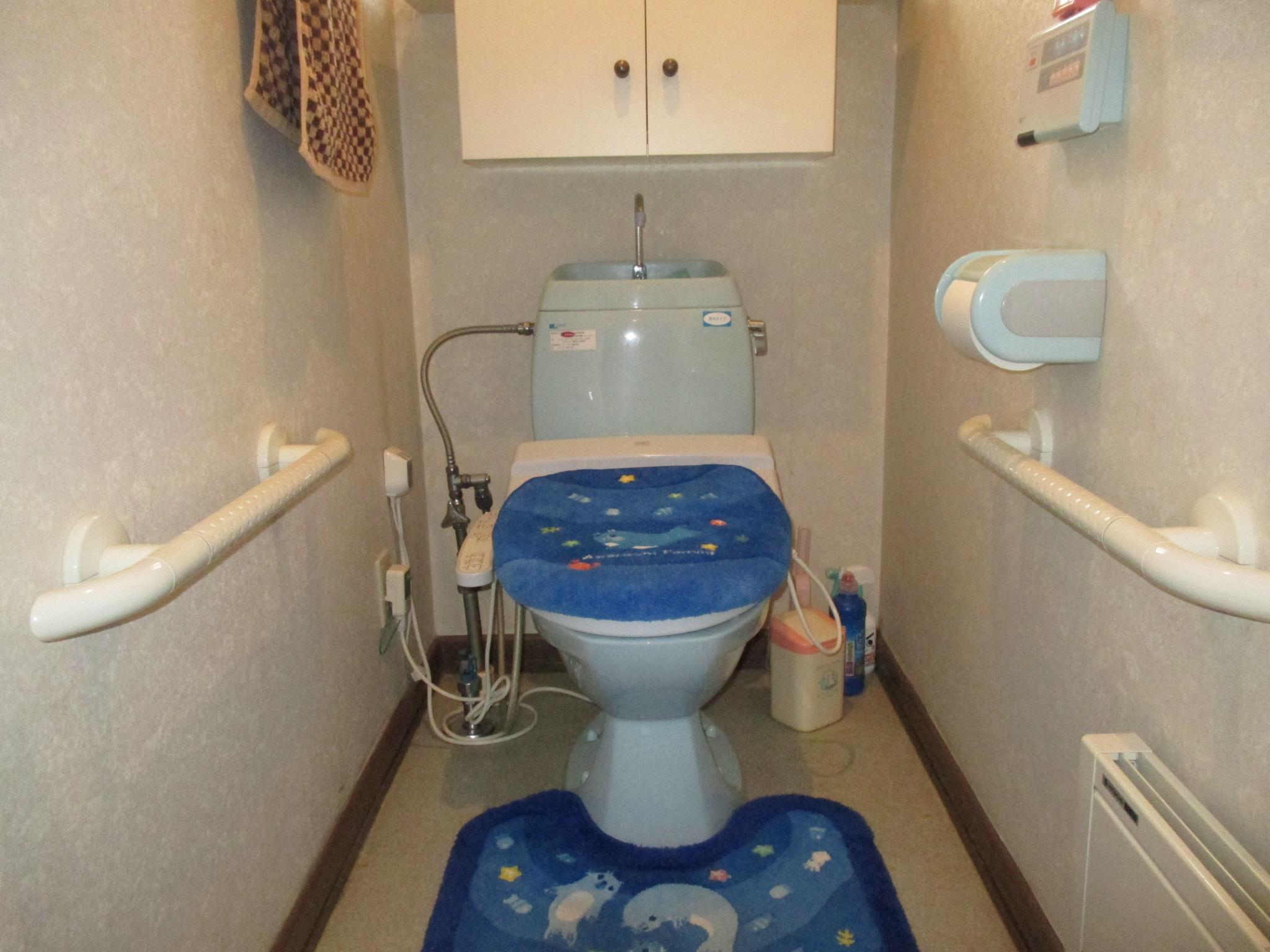 排水芯が壁から120mmのトイレだった為、排水管の移設を行いました。
